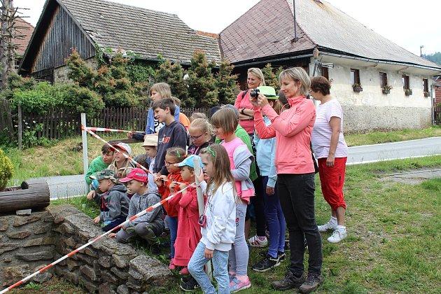 V Lenoře ochutnávaly děti chléb a houstičky vyrobené Augustinem Sobotovičem.