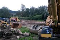 Stavba hokejbalového hřiště v parku Mládí v Prachaticích.