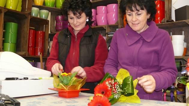 Na muže, kteří si přijdou koupit pro své vyvolené kytičku k jejich svátku, jsou v květinářstvích připraveni.