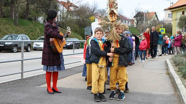 Děti ze Základní školy ve Vodňanské ulici vynesly moranu a přivítaly jaro.