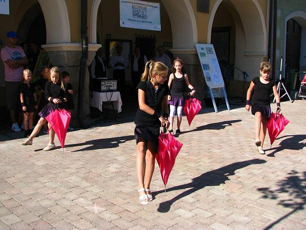 Tancování si v letošním roce neužívali jen Němčičtí, děvčata z Pastelek svůj um předvedla i na tradičním jarmarku v nedalekých Netolicích.
