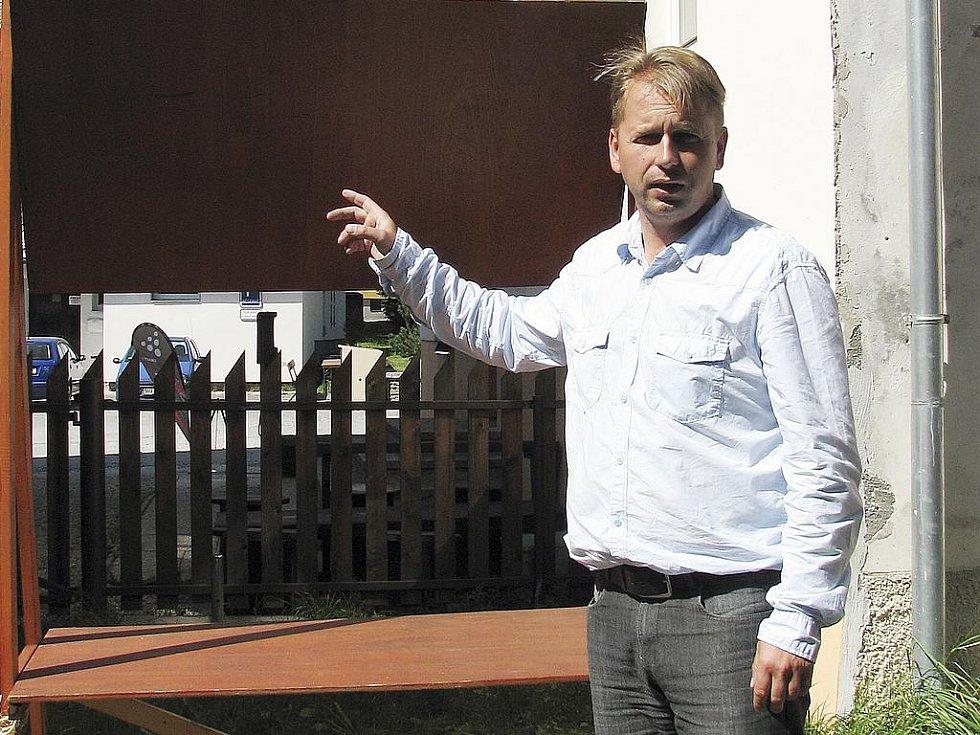 Starosta Kvildy Václav Vostradovský nechal dřevěný stánek převézt z Pramenů Vltavy do skladu v obci Kvilda. Hnutí Duha si ho tam může vyzvednout.