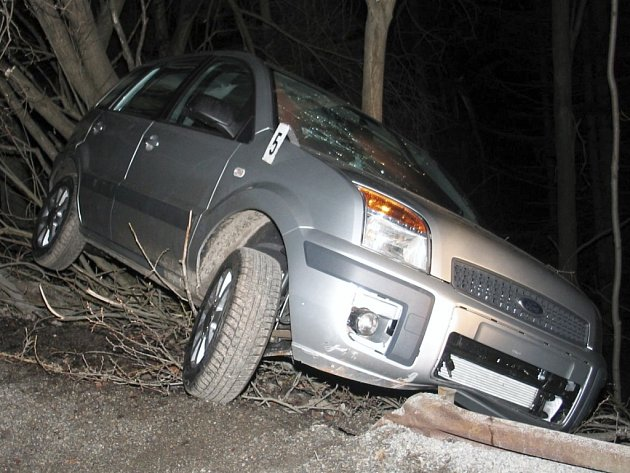 DO STROMU. Dvaadvacetiletý řidič nezvládl v zatáčce řízení a havaroval.