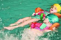 POVINNOST I ZÁBAVA. V prachatickém bazénu trénují předškoláci s Milenou Hrabákovou dvakrát týdně.