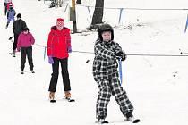 ČEKAJÍ NA SNÍH. Lyžařské areály, kde mají sněžná děla, jedou. Tam, kde jsou odkázáni na sníh přírodní, ještě v letošní sezoně nedostali šanci spustit vleky.