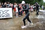 Z vody a šup zase zpátky, na závodníky čeká druhých 750 metrů v Křišťanovickém rybníku. Jaký je mezičas?