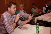Zdeněk Kutil (vlevo) upozornil, že město má s jedním domem v Pasovské ulici záměry, které se lidem nelíbí. Podle radnice to není pravda.