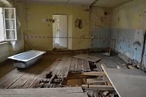 Kvůli špatnému stavu se muselo v severovýchodním křídle zámku místy rozebrat vše. Od podlahy, přes zásyp, až po trámy, na kterých byla přibita prkna a rákosový podhled v přízemí.