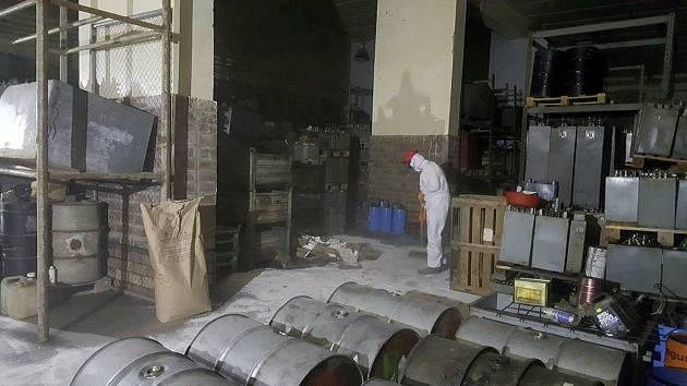 Ve čtvrtek 30. března zahájila odborná firma likvidaci stovek tun nebezpečných odpadů uskladněných na okraji Lhenic v areálu bývalého ACHP.