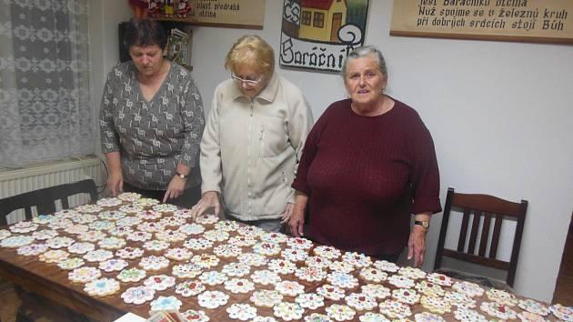 Tetičky z baráčnické obce Vitoraz z Prachatic napekly 250 hnětýnek.