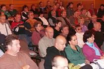 Ustavující jednání vimperských zastupitelů sledoval plný sál městského kulturního střediska. Dokonce ani připravené židle nestačily pro všechny.
