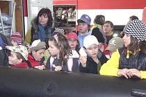 Děti z Dubu navštívily policisty i hasiče.
