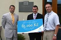 Ředitel prachatického hospicu Robert Huneš (vpravo) převzal v týdnu šek na pětašedesát tisíc korun od manažera společnosti Partners Tomáše Uhlíka (uprostřed). Předání peněz, které hospic využije na nákup elektronického zařízení, se zúčastnil Kamil Štěpán.