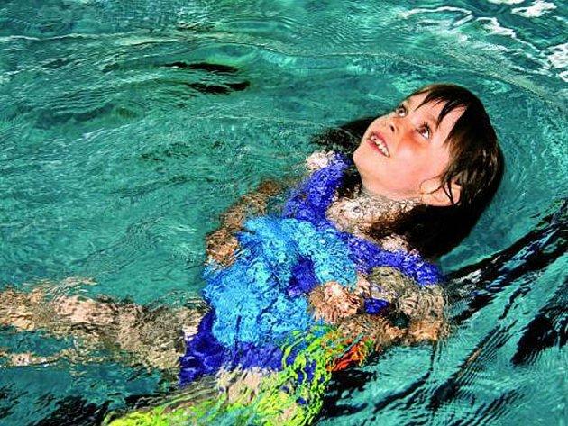 BAZÉN V OPRAVĚ. V krytém bazénu se nyní neplave, ale počasí přeje, a tak může každý vyrazit na Hulák.