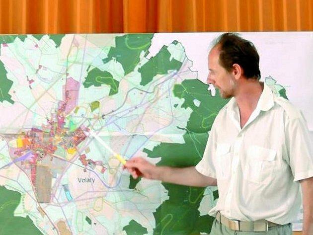 KONCEPT. Architekt Jaroslav Daněk volarským zastupitelům popsal jednotlivé části konceptu územního plánu. Nyní je na řadě tvorba návrhu.
