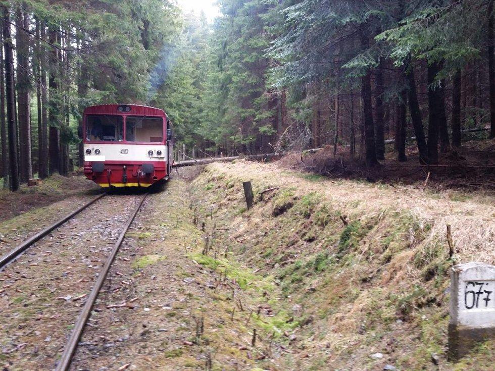 U Volar na Prachaticku v neděli narazil vlak do spadlého stromu.