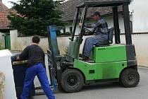 Pohovku dostal do kontejneru vysokozdvižný vozík