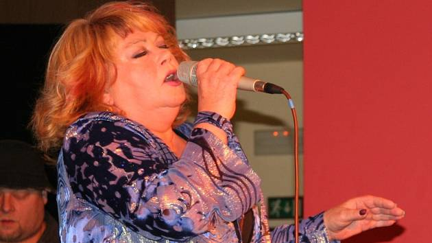 Věra Špinarová potěšila své fanoušky také v Prachaticích při Plesu města.