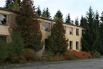 Chátrající budovu bývalého výukového bloku v kasárnách U Sloupů rozhodli vimperští zastupitelé v pondělí 26. ledna prodat.