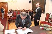 Dědeček dvojčátek se podepsal do pamětní knihy města.