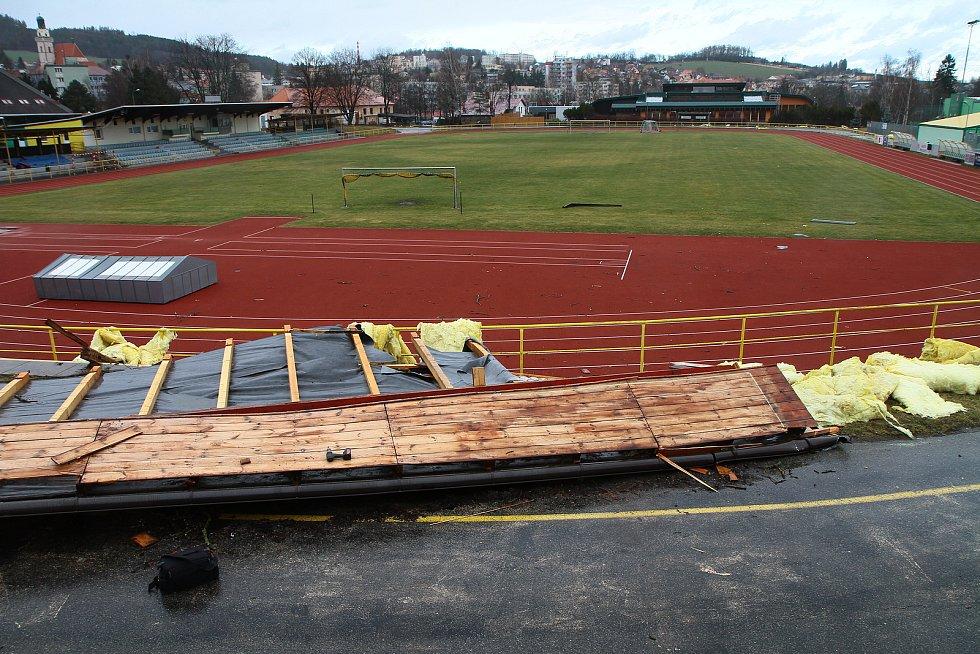 Orkán Sabina vzal střechu z kabin tenistů v Prachaticích.