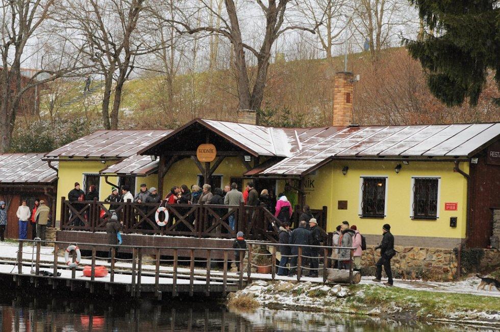 Na Štěpána se otužilci ponořili do vody Vodníka ve Vimperku.