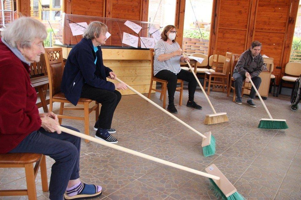 """Díky dobrovolníkům se uskutečnilo další cvičení se seniory """"Cvičení šité na míru"""". Tentokrát tématické."""