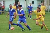Čkyňští fotbalisté (v modrém) vedou po zkráceném podzimu tabulku B skupiny I.B třídy.