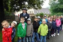Policisté učili děti, jak mají správně přecházet silnici.