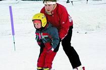 MILOVNÍCI LYŽÍ. Vlek v Horní Vltavici sází na služby, a tak jsou letos v provozu hned dvě varianty lyžařské školy pro nejmenší. Díky dvěma školním vlekům se v roli učitelů mohou objevit jak rodiče, tak i profesionálové.