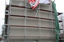 Bytovku prodala Správa NP a CHKO Šumava zhruba před dvěma roky. Nový vlastník ji hodlá přebudovat na apartmánové bydlení. Levá polovina bytovky je bez nájemníků, pravou obývají lidé v devíti bytech. Tento týden byla z bytovky odstraněna kompletní střecha.