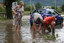 Miloš Jakš čistil listím zanesené kanalizační vpusti, aby voda mohla rychle odtéct.
