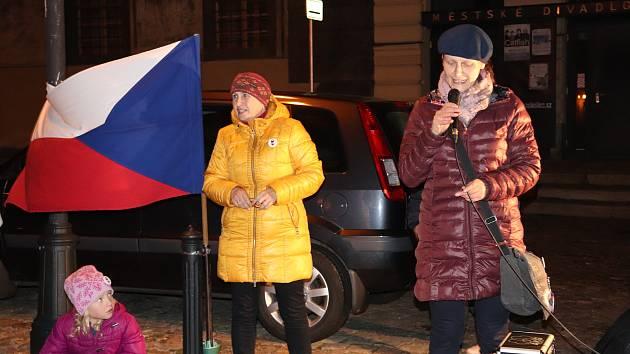Vzpomínkové setkání u příležitosti 17. listopadu na prachatickém Velkém náměstí.