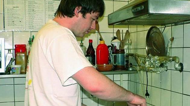 OLEJ Z PÁNVÍ. Kuchař David Šmejkal vylévá tuky do barelů, o jejichž výměnu se starají specializované firmy.