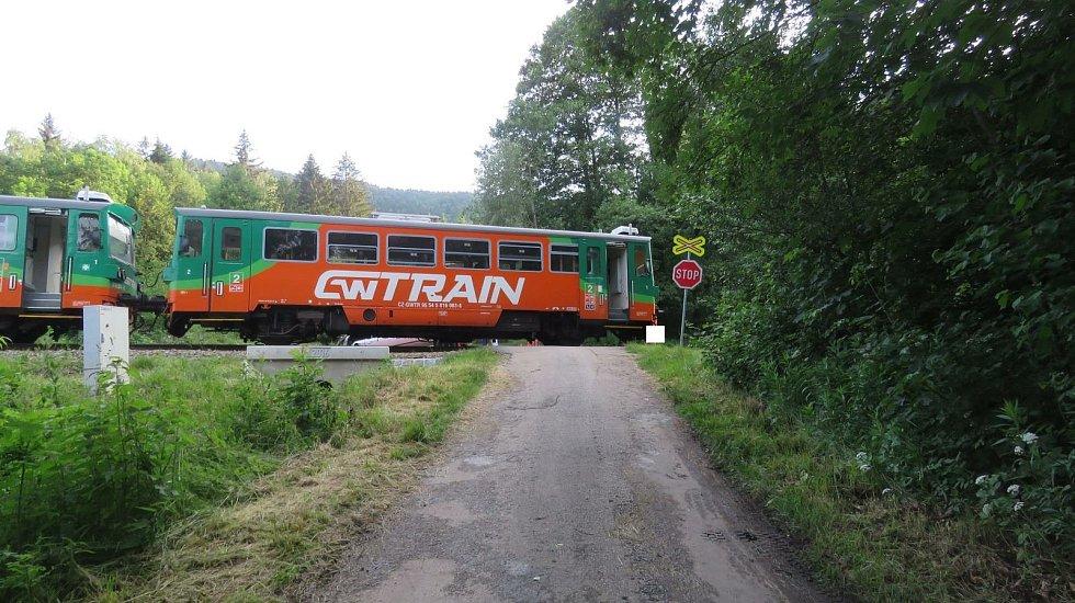 Střet vozidla s vlakem si vyžádal tři lehká zranění.