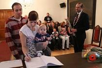 Po letní přestávce přivítal prachatický starosta Martin Malý další nové občánky Prachatic. Ve třech skupinách přišli rodiče se sedmi děvčátky a šesti kluky. Slavnostní okamžik si nenechali ujít ani prarodiče.