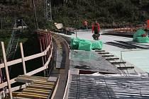 Na koruně hráze Husinecké přehrady se pracuje, takže nejen auta, ale i pěší a cyklisté sem mají vstup zakázán.