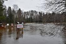 Prachaticko, Teplá Vltava na Soumarském Mostě, 1. povodňový stupeň, foceno 16. března po 10. hodině. Řeka pomalu kulminuje.