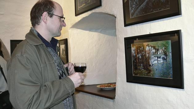 Na výstavě fotografií členů Fotoklubu F2,8 Prachatice, která se koná v galerii Dolní Brána, je ke shlédnutí na sto dvacet čtyři fotografií. Výstavu můžete navštívit až do třináctého února.
