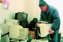 DO POPELNICE ANI NÁHODOU. Vysloužilé elektrospotřebiče a další nebezpečný odpad mohou obyvatelé měst a obcí ukládat do sběrných dvorů. Staré monitory se hromadí také ve Vimperku.