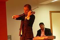 Pavel Šporcl hrál na housle strhujícím tempem.