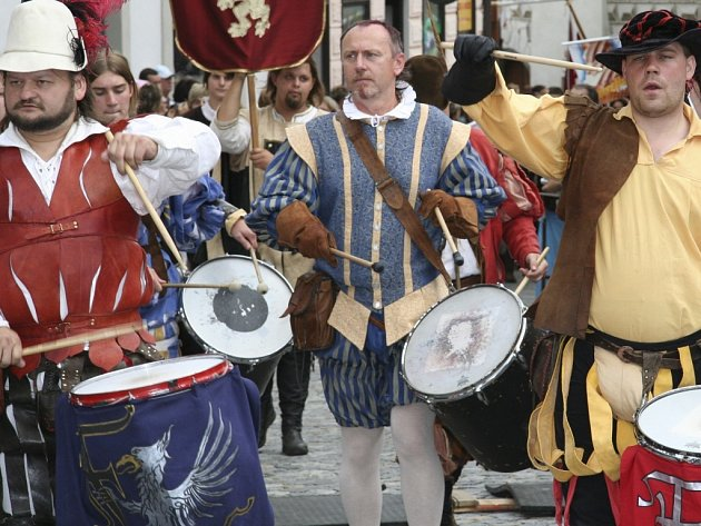 Bubeníci šli v čele průvodu na slavnostech soli v Prachaticích