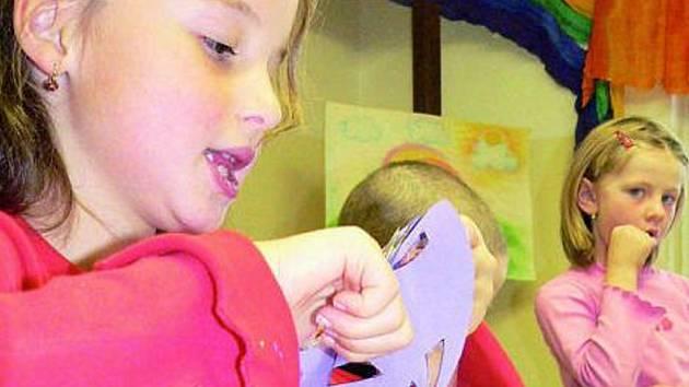 ŠIKOVNÉ RUCE. Draci, které děti vyrobily v domě dětí a mládeže, budou zdobit jejich pokojíčky.