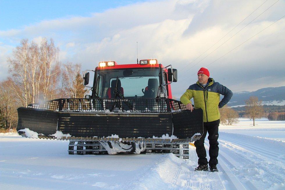 Luděk Švejda připravuje stopy v okolí Nové Pece.