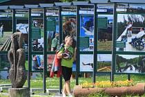 Turisté se na Šumavě mohou letos těšit hned na několik novinek. Na Kvildě na ně čekají v expozici pod širým nebem Šumavské příběhy, Luzenským údolím se budou smět beztrestně od 15. července projít až k hraničnímu přechodu Modrý sloup.