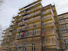 Opravy fasády historické budovy vimperské základní školy TGM pokračují.