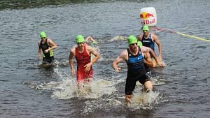 Short track muži - konec plavecké části.