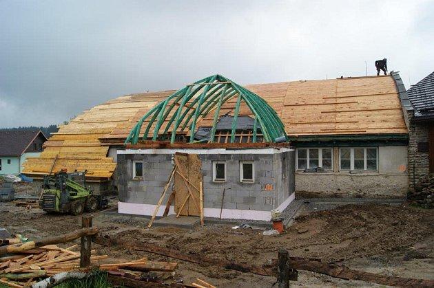 Největší společenský sál se střešní kosočtvercovou dřevěnou vazbou prkének bez použití trámů se nachází v obci Kvilda. Obec se pustila do jeho rekonstrukce.
