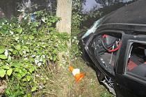 Řidiče z místa nehody převezla záchranka do nemocnice.
