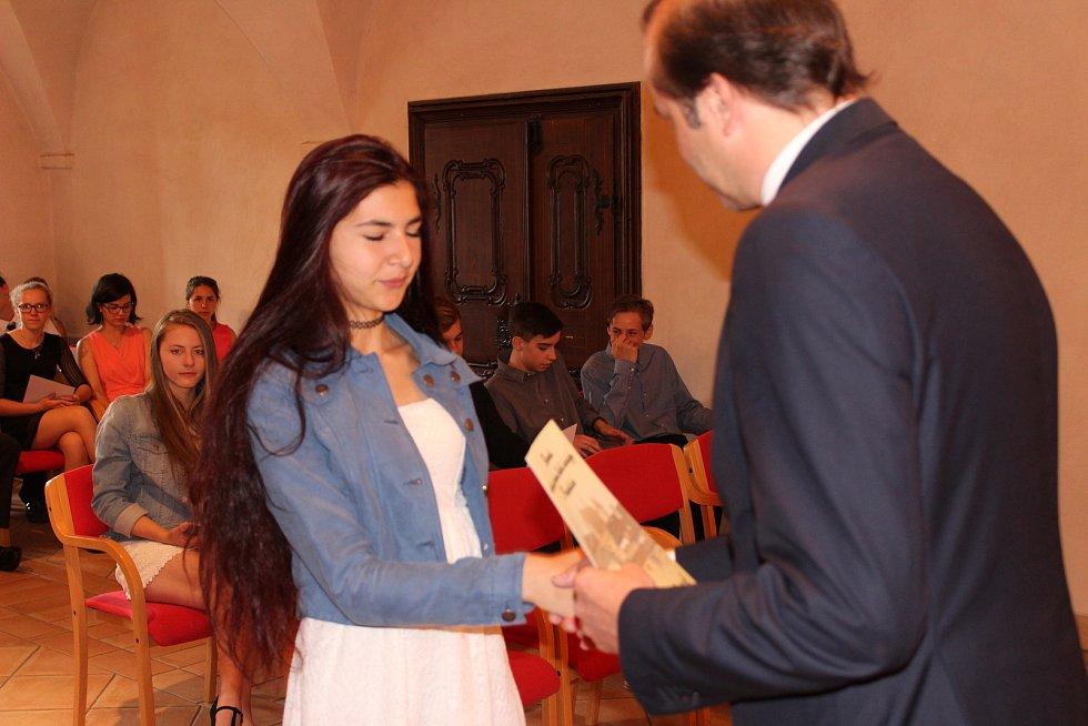 Pamětní list z rukou starosty Martina Malého přebírá Adéla Pláničková ze Základní školy ve Vodňanské ulici v Prachaticích.
